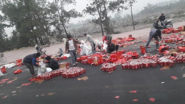 Hành động đẹp của người dân Ninh Bình, hỗ trợ lái xe thu dọn hiện trường tai nạn
