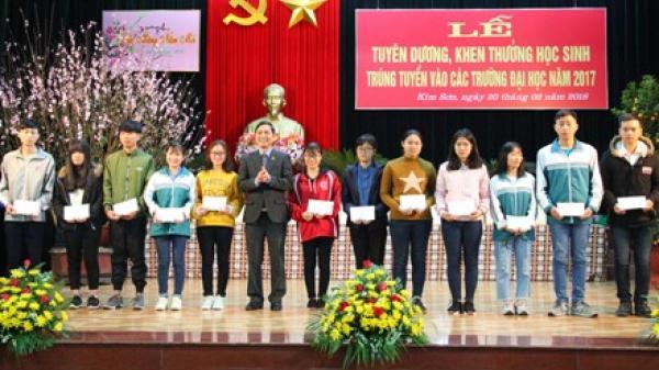 Kim Sơn tổ chức lễ tuyên dương, khen thưởng học sinh trúng tuyển vào các trường đại học, cao đẳng năm 2017