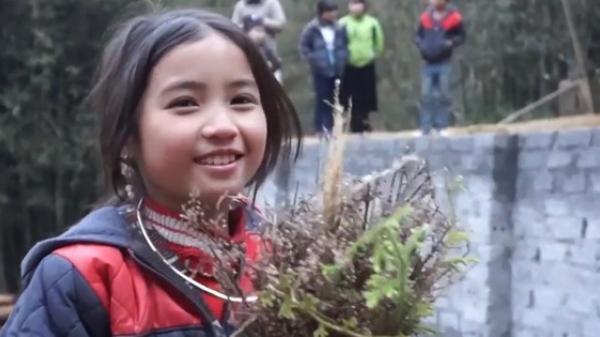 Bé gái H'Mông gây chú ý khi xuất hiện trong clip của dân phượt với nụ cười cực xinh