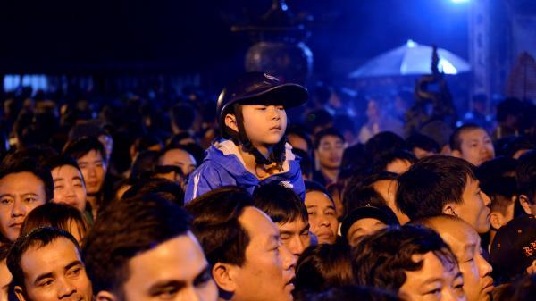 Hàng trăm người vạ vật thâu đêm chờ mua ấn đền Trần