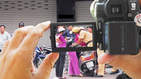 Người dân có được quay phim, chụp hình, giám sát CSGT làm việc?