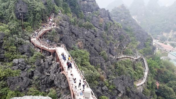 Lái đò ngăn cản Ninh Bình cắm biển cấm thăm quan núi Cái Hạ