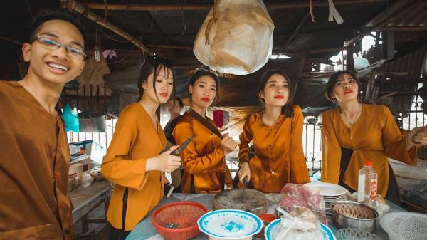 """Ảnh kỷ yếu mang phong cách """"chợ búa"""" của học sinh Ninh Bình"""