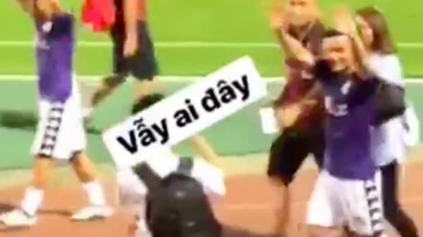 [LẠ LÙNG U23]: Giữa biển người hâm mộ, Quang Hải U23 vẫn nhận ra người yêu và hớn hở vẫy tay
