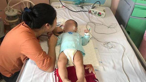 """Mẹ bé gái Ninh Bình bại não sau mũi tiêm của y sĩ làng: """"Tôi ân hận vì đã thiếu hiểu biết"""""""