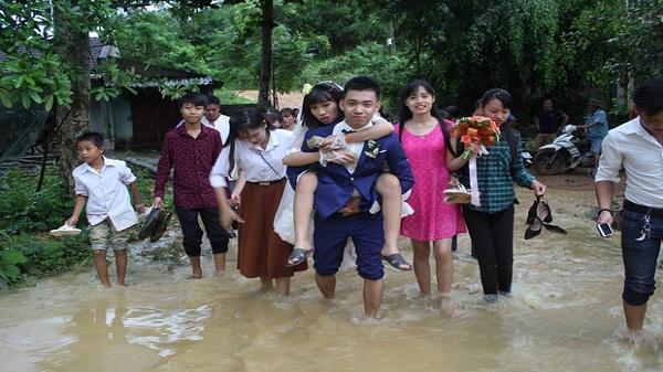 Chú rể Ninh Bình chân đất vượt bão đến rước dâu nhận được sự tán dương từ cộng đồng mạng