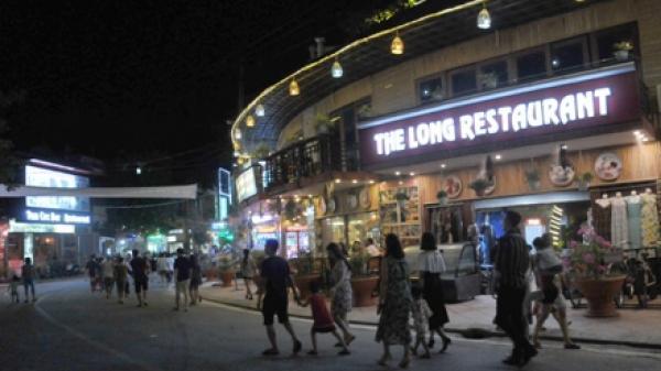 Tưởng không có chỗ chơi, ai ngờ buổi tối ở Ninh Bình lại đông vui nhộn nhịp như phố cổ Hà Nội thế này