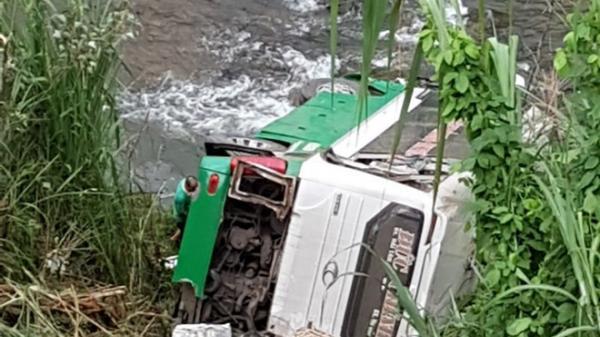 [NÓNG]: Xe khách chở hơn 40 người lao xuống vực ở đèo Lò Xo