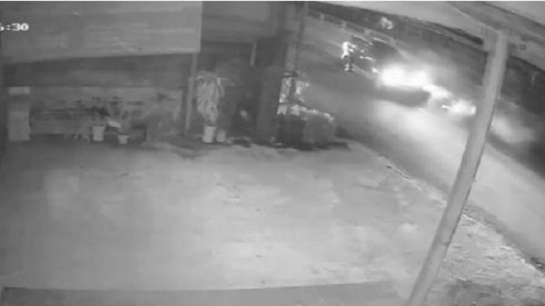Video: Ô tô đâm văng người nhặt rác rồi bỏ chạy ở Ninh Bình
