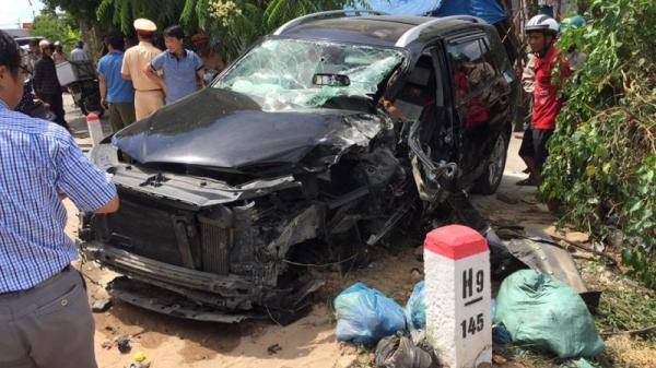 Ninh Bình: Đấu đầu với xe tải, xe Santafe văng bánh, tài xế mắc kẹt trong xe