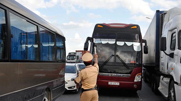 CẦU GIẼ - NINH BÌNH: Cảnh sát giao thông trầm mình trong nắng 40 độ C