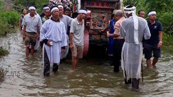 [NHÓI LÒNG]: Cảnh đẩy xe tang giữa mênh mang lũ đưa người thân về cõi vĩnh hằng