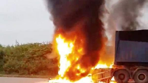 Xe container bốc cháy dữ dội khi đang leo dốc