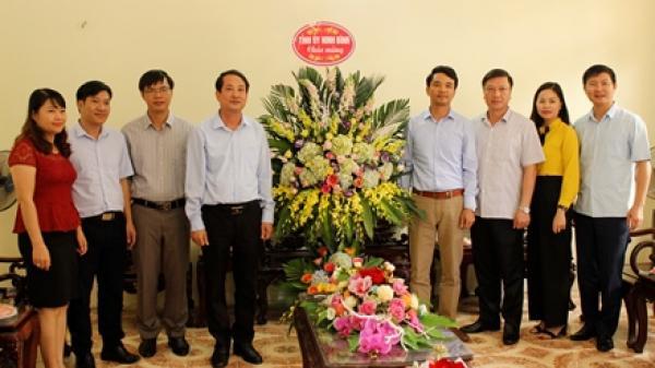 Đồng chí Trưởng ban Tổ chức Tỉnh ủy chúc mừng Hội Nông dân tỉnh nhân kỷ niệm ngày truyền thống