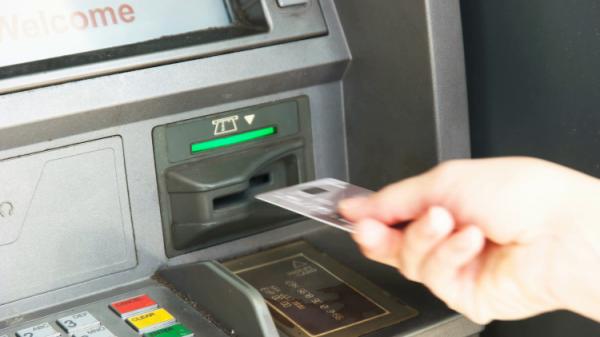 Bị nuốt thẻ ATM khi đang rút tiền, đây là 3 điều bạn cần làm ngay