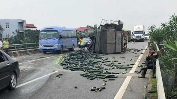 Xe khách mang biển kiểm soát Yên Bái va chạm nghi.êm trọng trên cao tốc Nội Bài-Lào Cai gây tắc nghẽn 20km