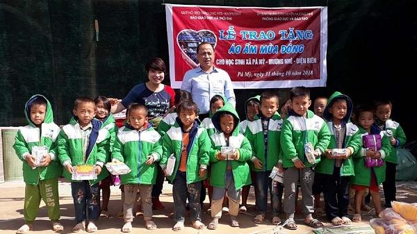 Tặng chăn ấm cho học sinh dân tộc thiểu số nghèo huyện Mường Nhé