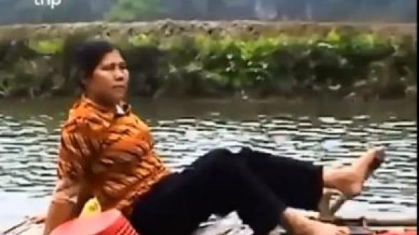 Người lái đò bằng chân ở Ninh Bình gây tò mò với khách Tây