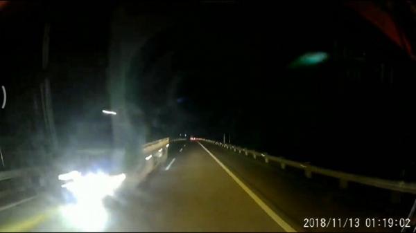 Xe tải bật đèn pha, lao ngược chiều trên cao tốc Nội Bài - Lào Cai lúc hơn 1 giờ sáng