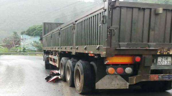 Container đi từ Lào Cai về Yên Bái mất phanh cuốn theo 4 xe máy trôi xuống dốc, 1 người c.hết, 3 người n.guy kị.ch