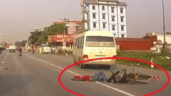 Clip: Ôtô đột ngột chuyển làn để đón khách dọc đường gây tai n.ạn cho xe máy