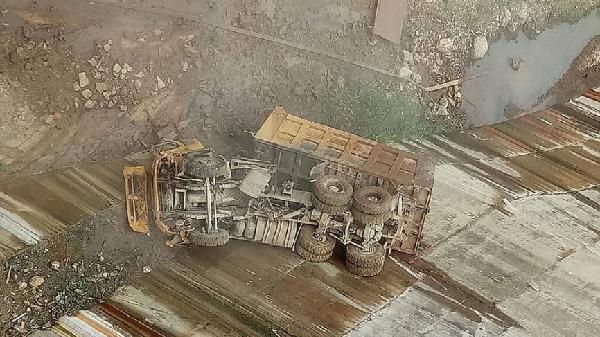Điện Biên: Xe ben gặp sự cố rơi xuống vực sâu, đầu xe bẹp dúm, tài xế c.hết thảm