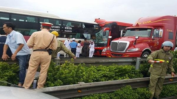 Nóng: Hai xe khách đâm vào nhau trên cao tốc, kính nát vụn, hơn 10 người bị thương