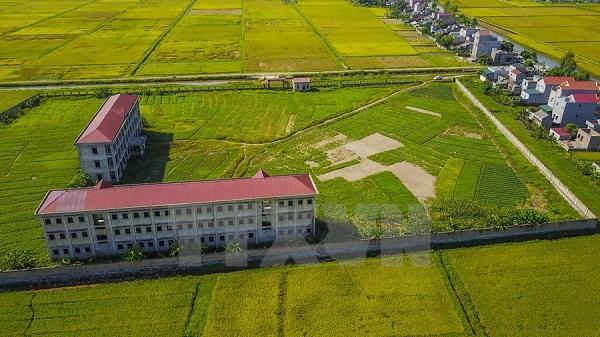 """Yên Khánh: Ngôi trường tiền tỷ xây 7 năm không xong, """"đắp chiếu"""" giữa đồng"""