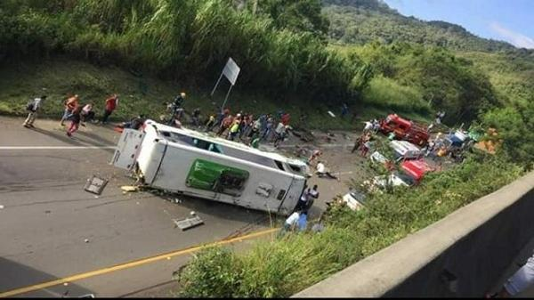 Kinh hoàng: Xe buýt chở đội bóng rổ bị lật, ít nhất 13 người thiệt m ạng, 20 người bị thương ở Colombia