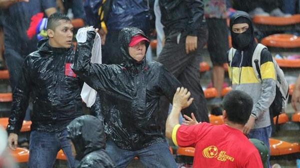 Vừa đặt chân tới sân bay, CĐV Việt Nam đã bị CĐV Malaysia đuổi đ.ánh tới tấp