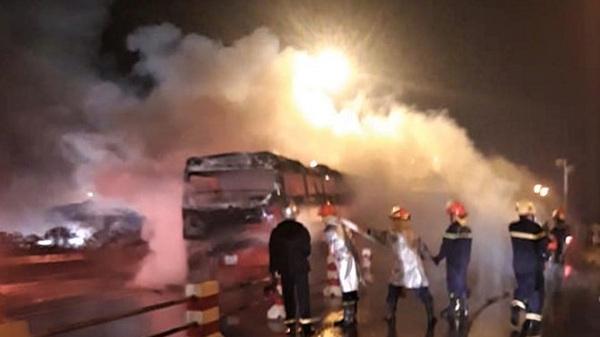 Xe khách mang BKS Điện Biên bốc c.háy dữ dội trong đêm, tài xế hốt hoảng tháo chạy ra ngoài