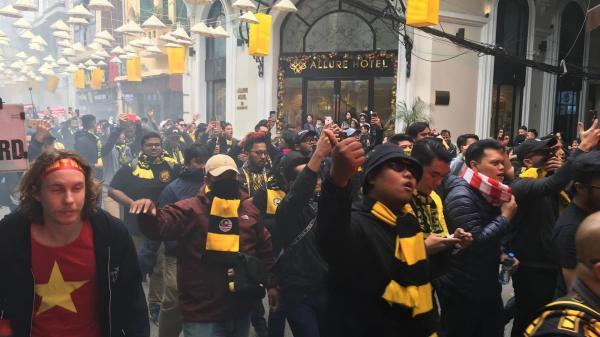 """Ultras Malaysia mang """"hổ"""" đến giữa trung tâm thủ đô khuấy động"""