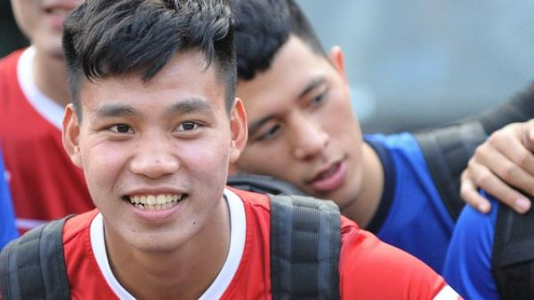 Đình Trọng khi sang Hàn Quốc chữa trị chấn thương, cầu thủ Văn Thanh (Hải Dương) lập tức vào an ủi