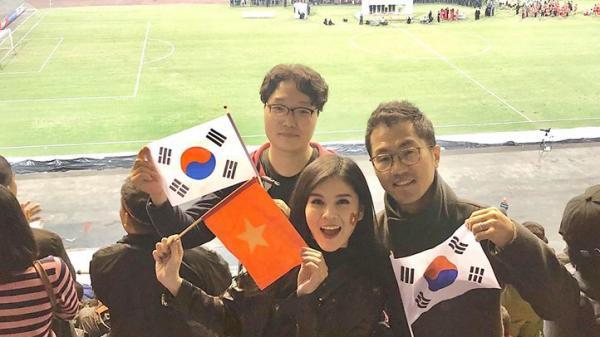 Nữ MC Việt duy nhất được theo sát thầy Park và đội tuyển Việt Nam thi đấu AFF Cup 2018 lên báo Hàn