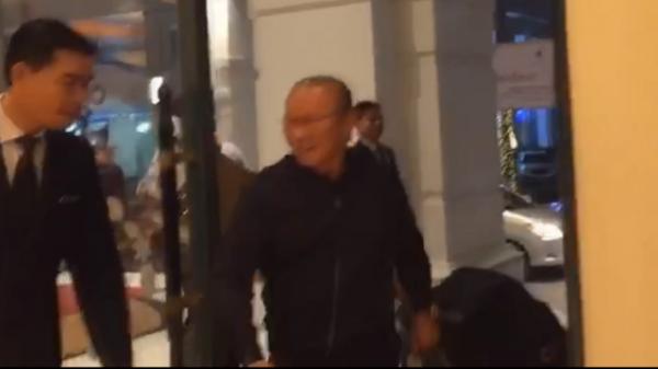 Thầy Park mặc kệt với cửa xoay khách sạn khiến ai cũng phì cười
