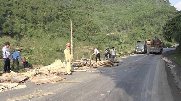 Xe tải chở ván ép đi Yên Bái làm rơi khiến 3 người đi xe máy bị thương nặng