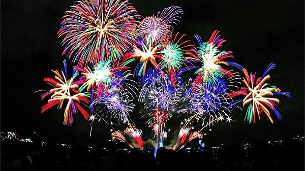 B.ắn pháo hoa, diễu hành đường phố tại lễ hội Carnaval lần đầu tiên được tổ chức ở Hải Dương