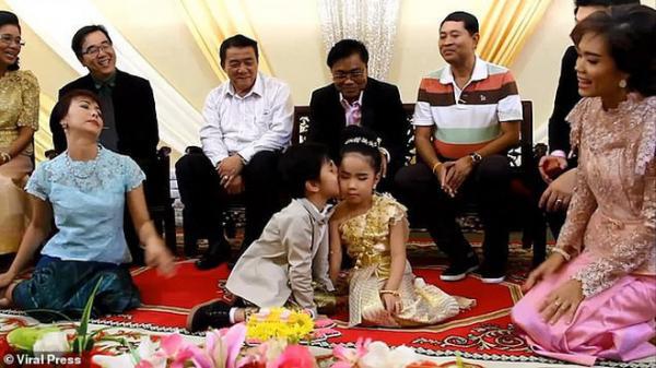 """Cặp sinh đôi 6 tuổi được tổ chức hôn lễ vì gia đình tin rằng 2 em là """"người tình kiếp trước"""""""