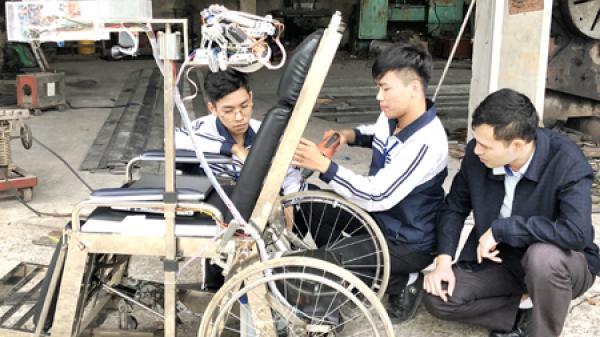 Hai cậu học trò THPT Hoa Lư đạt giải nhất lĩnh vực rô bốt và máy thông minh