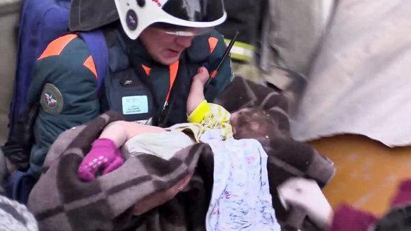 Kỳ tích: Em bé sống sót sau 35 giờ bị chôn vùi dưới cái lạnh -26