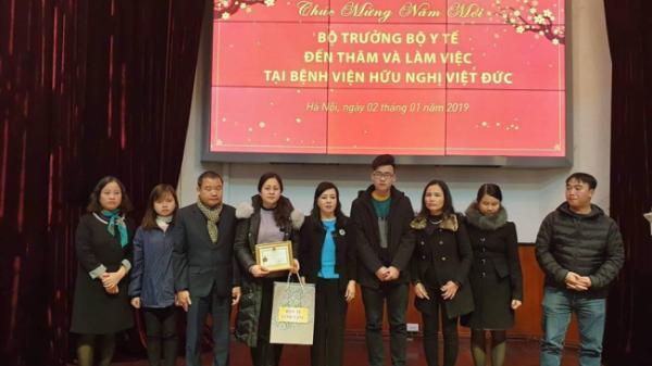 Bộ trưởng Bộ Y tế tặng kỷ niệm chương cho gia đình người hiến tạng 7 mô/tạng ở Ninh Bình