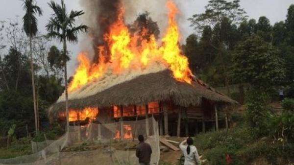Yên Bái: Bé 5 tuổi đốt lử.a sưởi ấm làm chá.y rụi ngôi nhà sàn