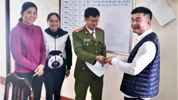 Hai chị em bán hàng rong trả lại cho người đàn ông quê Ninh Bình chiếc ví có hơn 40 triệu tiền mặt