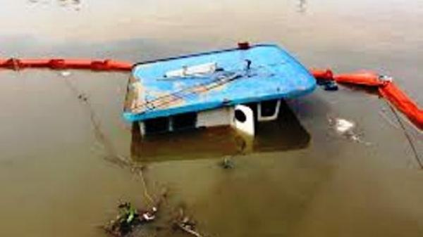 Sà lan do người đàn ông quê Ninh Bình bị lật, hơn 1.400 tấn xi măng chìm dưới sông