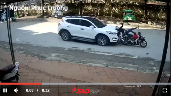 Điện Biên: Vừa dừng đèn đỏ, người phụ nữ chở con nhỏ bị ô tô đ.âm mạnh từ phía sau rồi ngã văng ra đường
