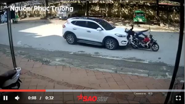 Tiết lộ góc quay khác vụ dừng đèn đỏ ở Điện Biên, 2 mẹ con bị ô tô phía sau tông ngã văng xuống đường khiến CĐM bức xúc