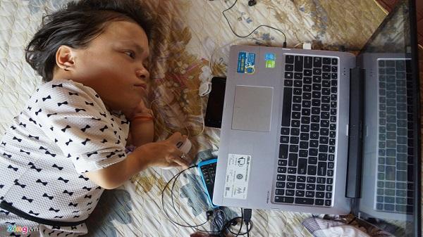Khâm phục nghị lực sống của cô gái Ninh Bình, cao 90 cm, nặng 18 kg bị bại liệt từ nhỏ