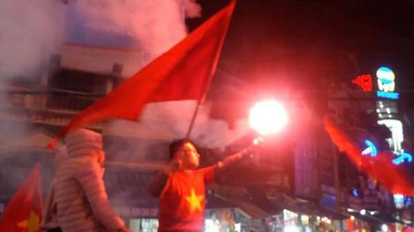 Niềm vui chiến thắng vỡ òa, hàng nghìn người dân Hải Dương xuyên đêm đốt pháo sáng ăn mừng
