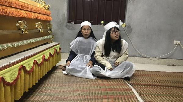 """Vợ lái xe tải tông c.hết 8 người ở Hải Dương xin đến từng nhà nạn nhân xin lỗi:  """"Nhìn vợ tài xế rất đáng thương, tội nghiệp"""""""