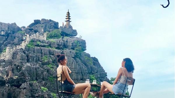 Á Hậu Nguyễn Thị Loan và HH Jolie Nguyễn khoe ảnh sống ảo tại Ninh Bình